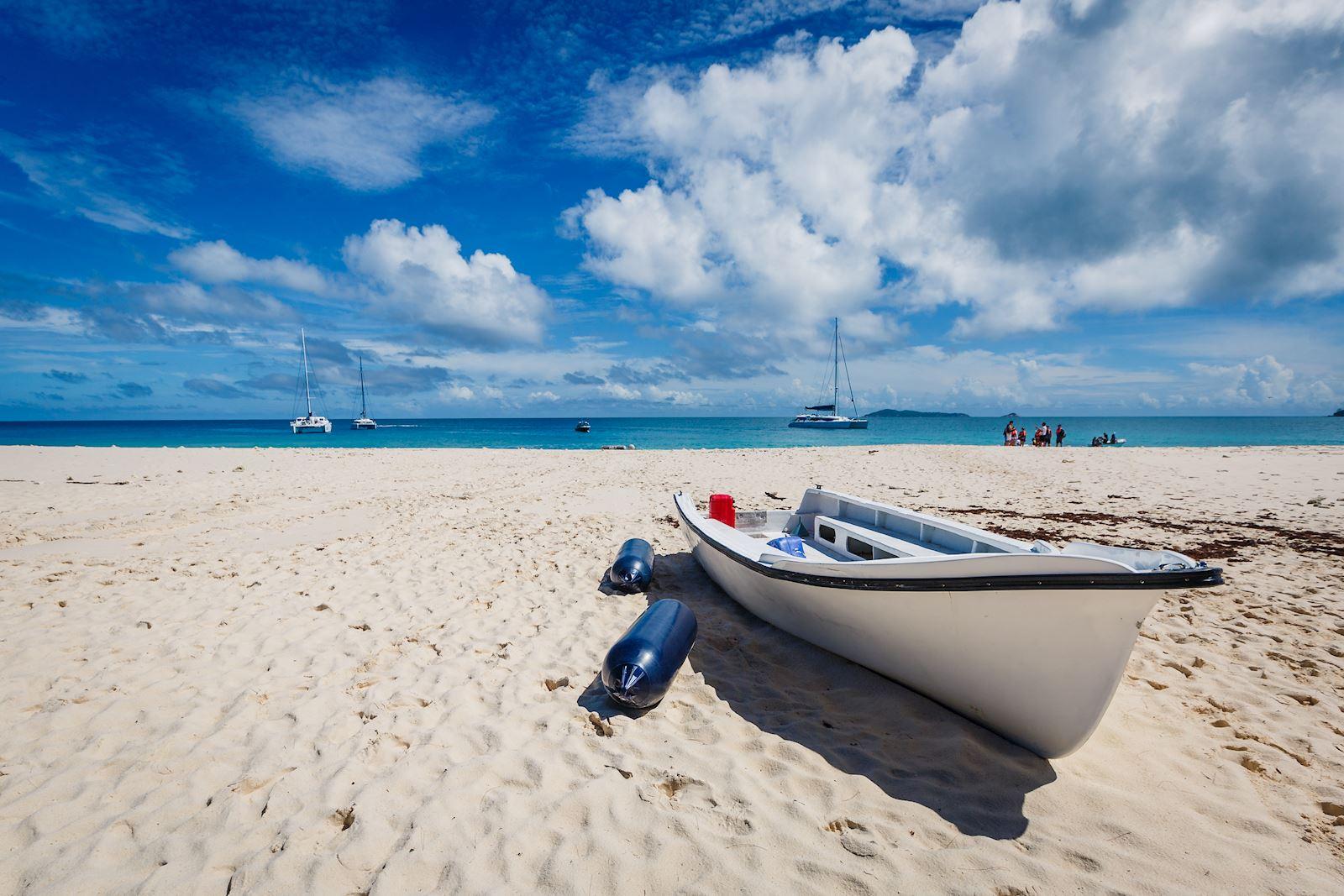 חוף עם סירה
