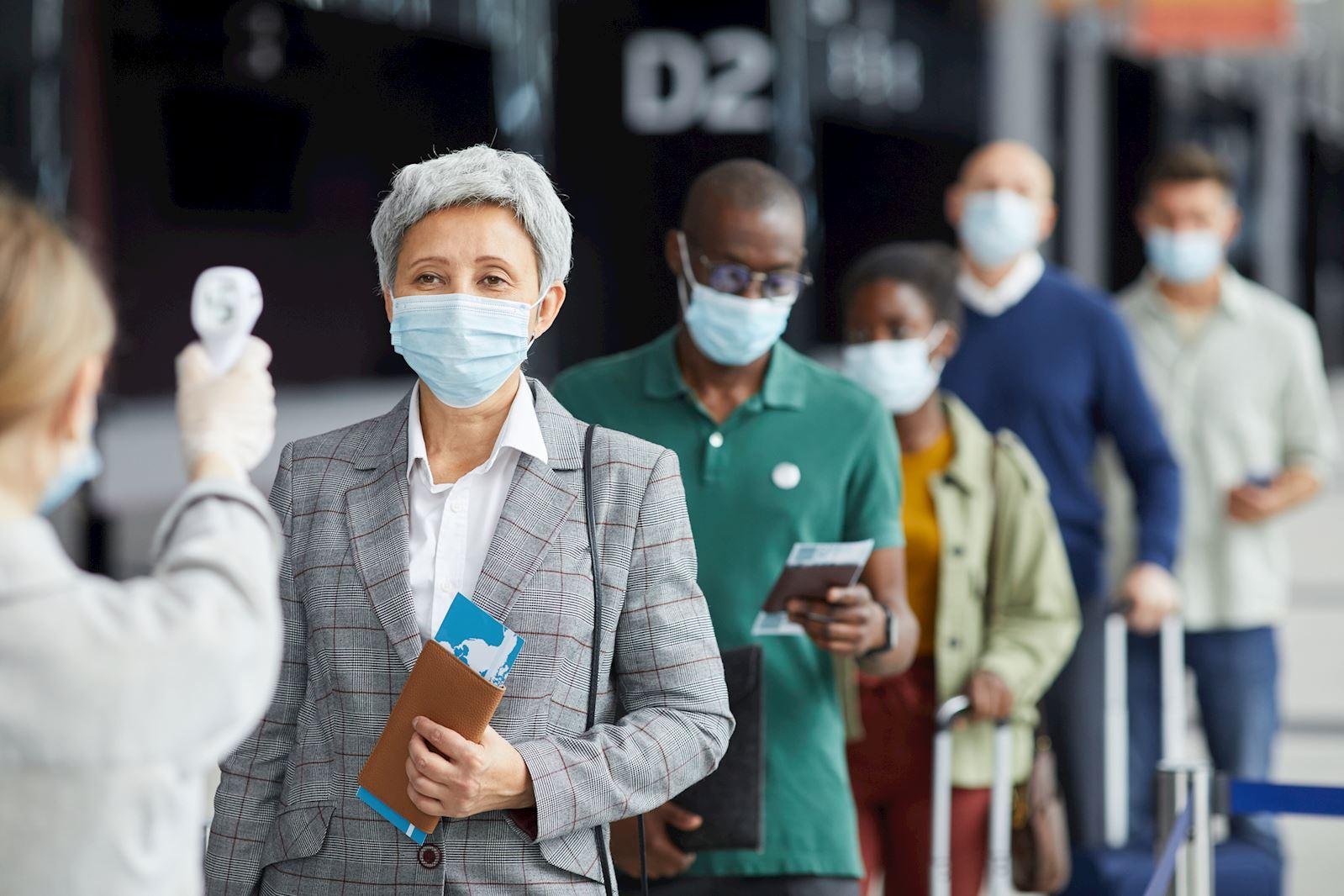 אנשים בתור לבדיקת חום