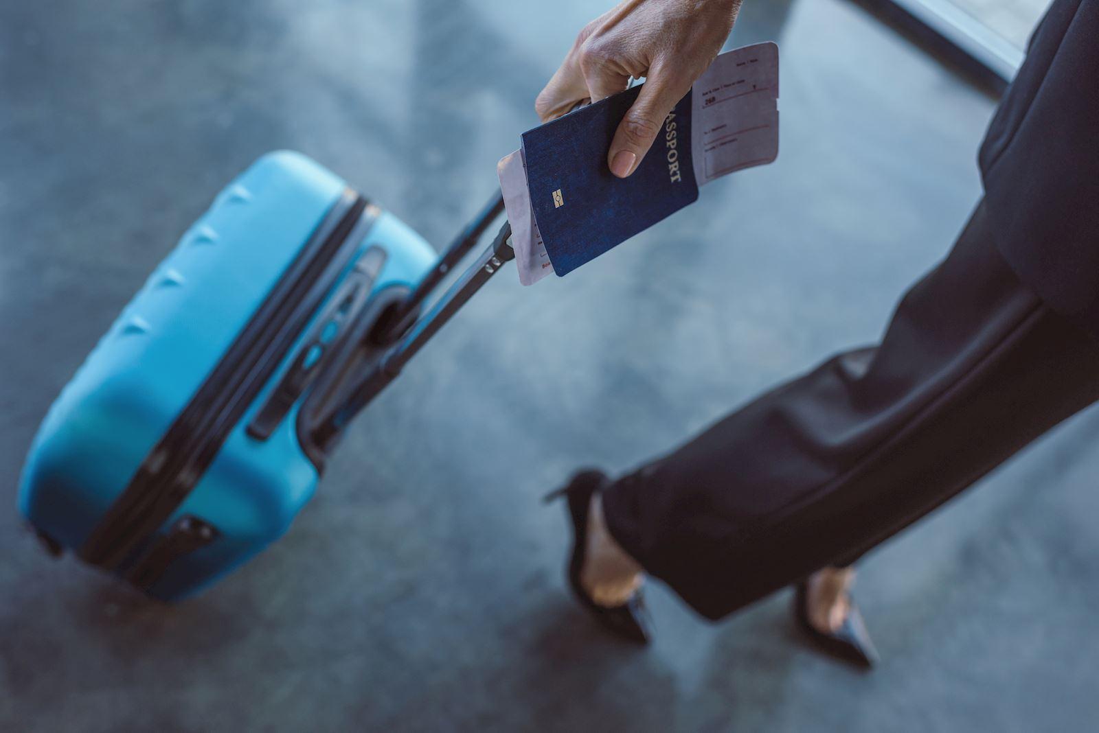 נוסעת עם מזוודה