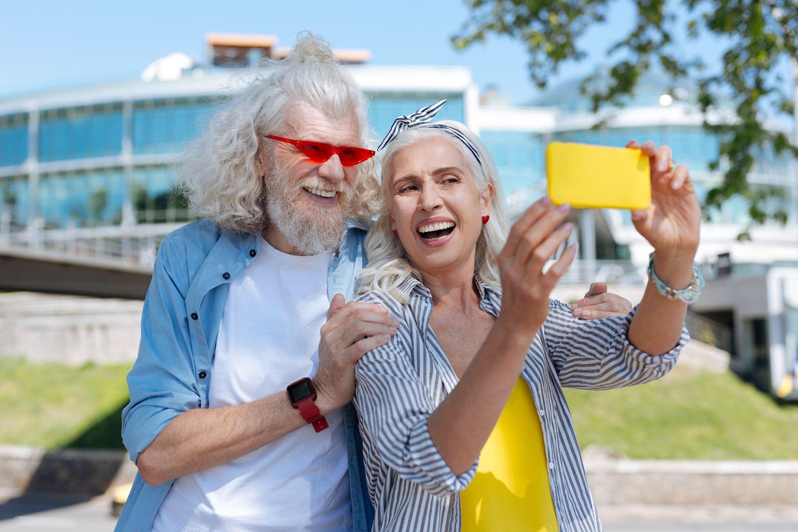 זוג מטיילים מבוגרים