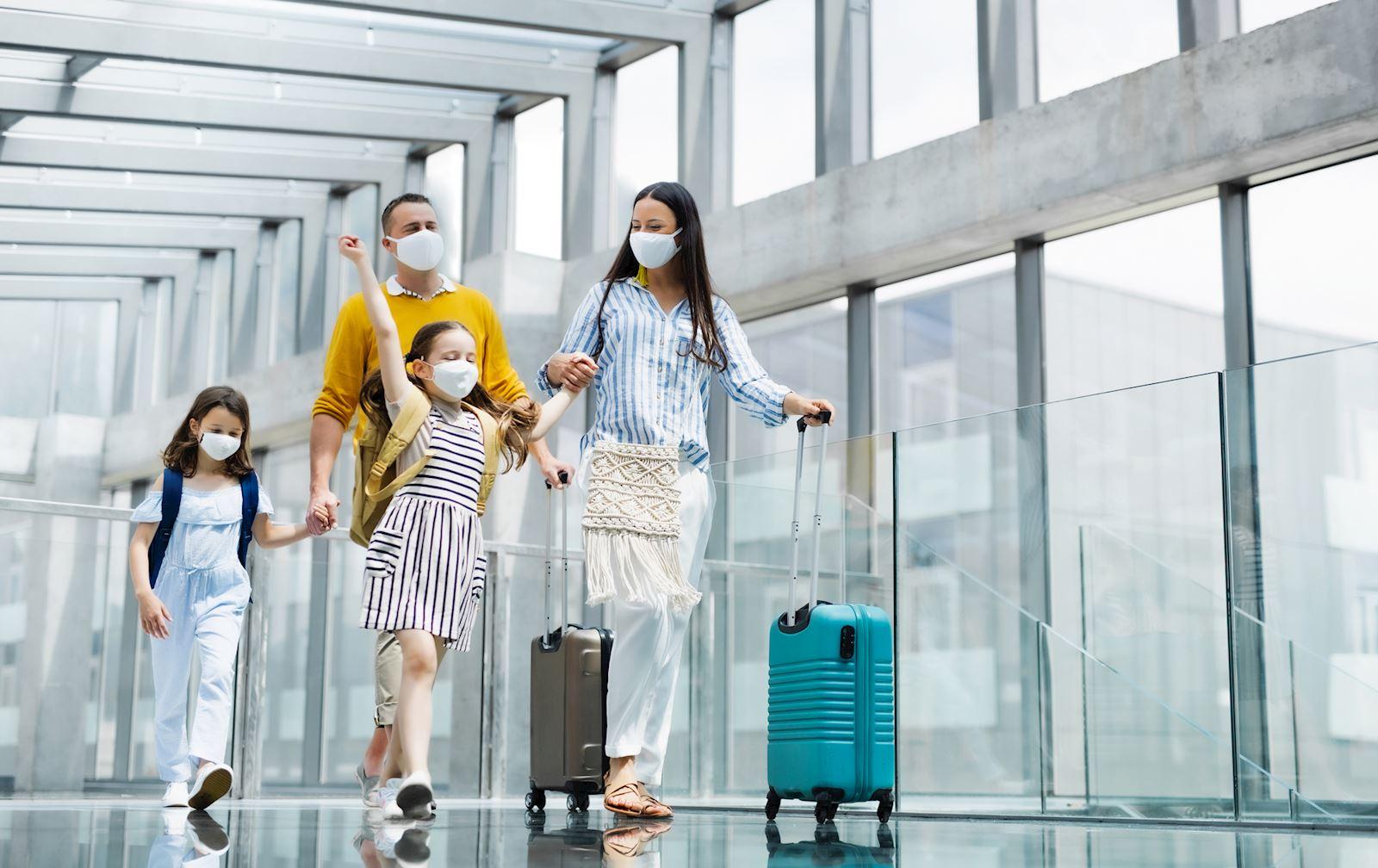משפחה עם מסיכות בשדה התעופה