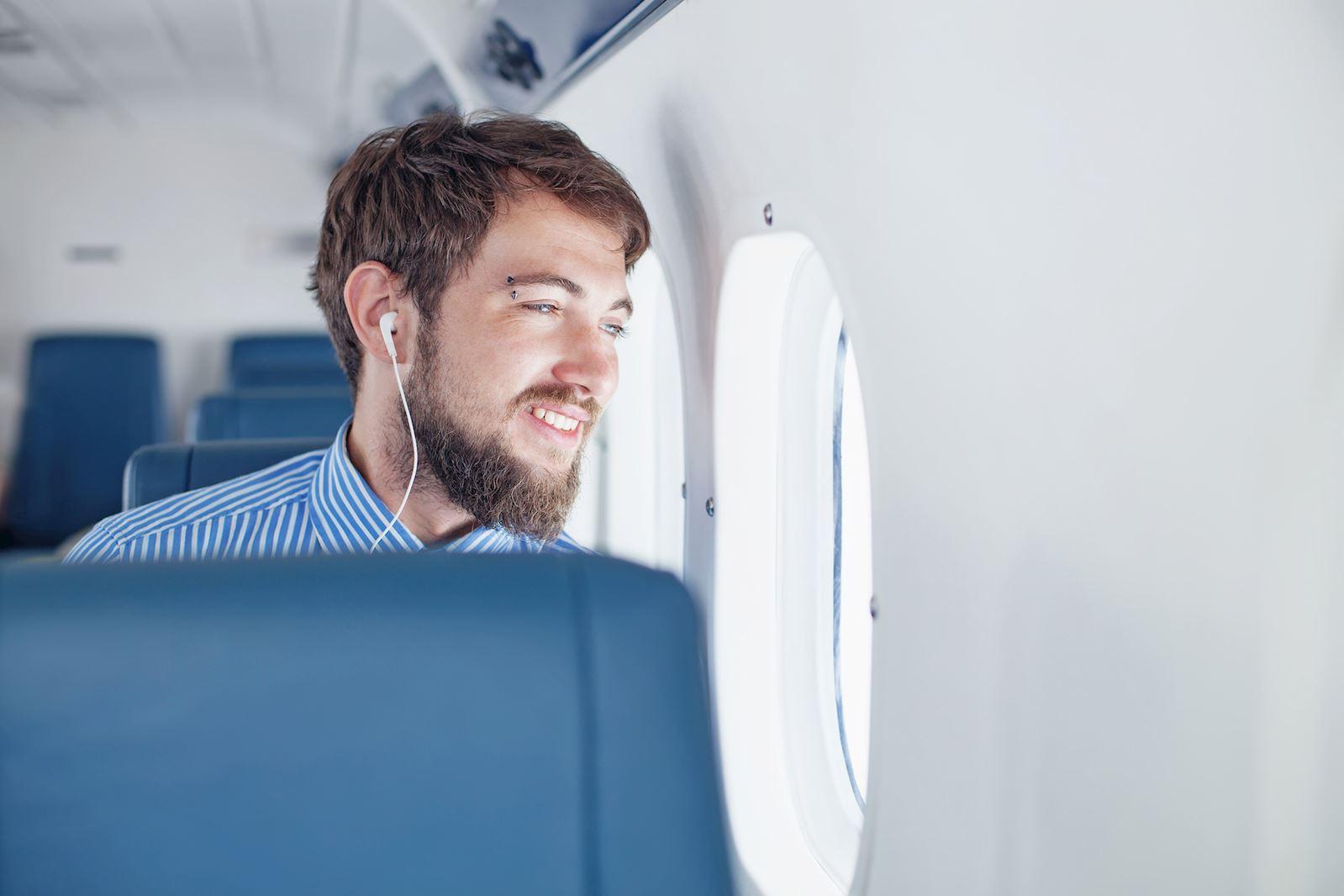 גבר יושב במטוס